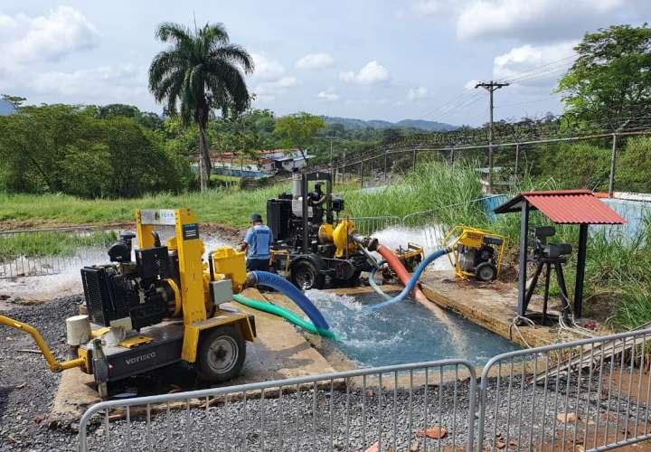Personal de Idaan  trabaja en la reparación.