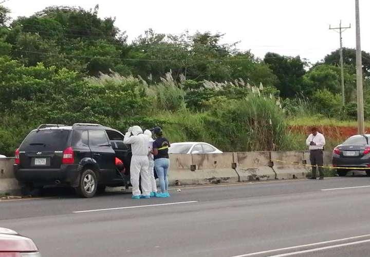 Personal de Criminalística inspeccionan el auto en el que  murió el hombre.Foto/Eric Montenegro