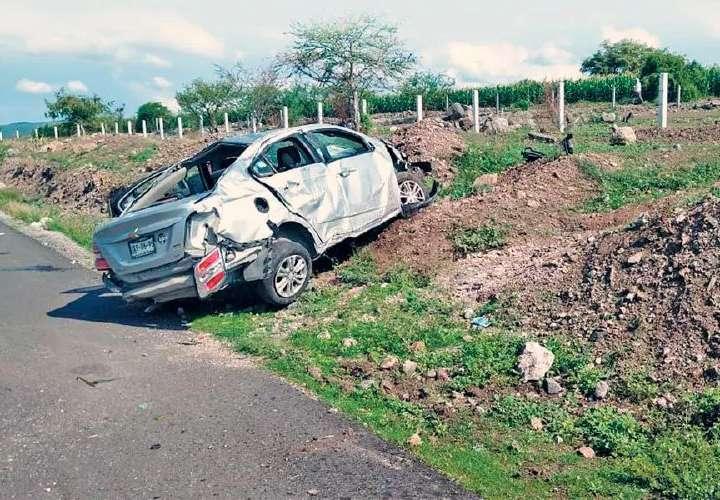 Identifican a padre e hijo muertos en accidente en México