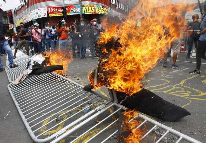 Protestas y queman muñecos de Nito y Gaby
