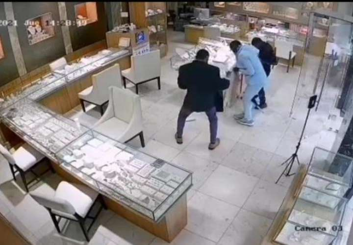 Seguridad corrió a buscar ayuda para evitar robo en joyería