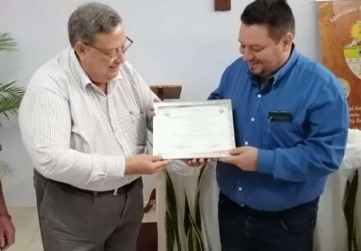 Galardón en Costa Rica para poeta y alcalde de Santiago