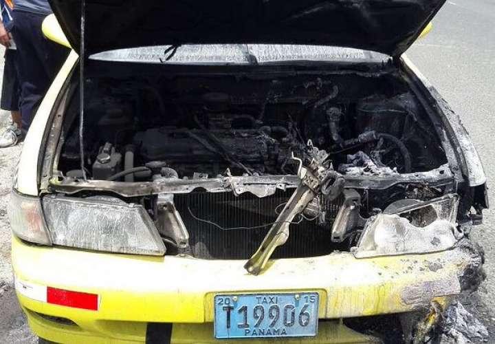 El vehículo quedo inservible.  / Foto: @luischeponews
