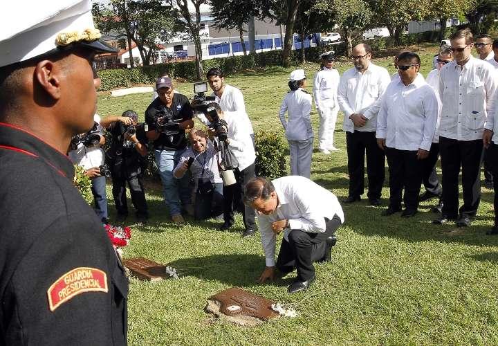 Honran a mártires y queman muñeco de embajador