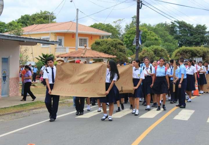 Estudiantes exigen solución para centro escolar de Los Pozos