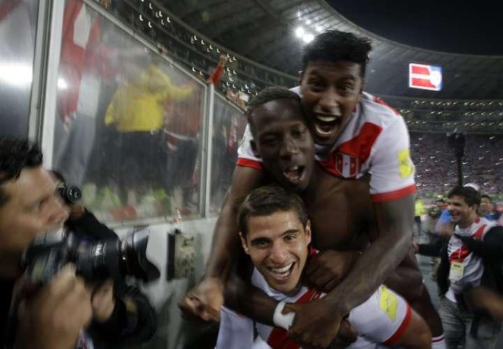 Los jugadores peruanos celebran su clasificación/ AP