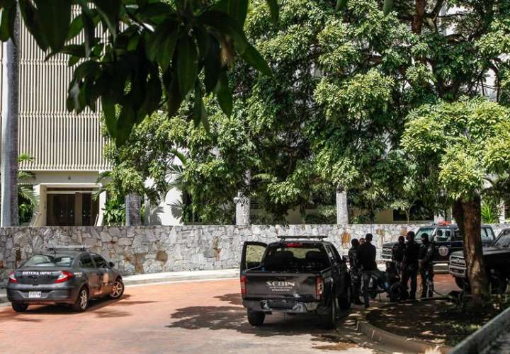 Agentes del Sebin venezolano prestan guardia frente a la vivienda del alcalde metropolitano de Caracas Antonio Ledezma. EFE