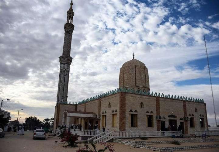 Una vista exterior de la mezquita Al-Rawda un día después de que la mezquita fue atacada en la ciudad norteña de Arish, Península del Sinaí, Egipto, el 25 de noviembre de 2017. EFE