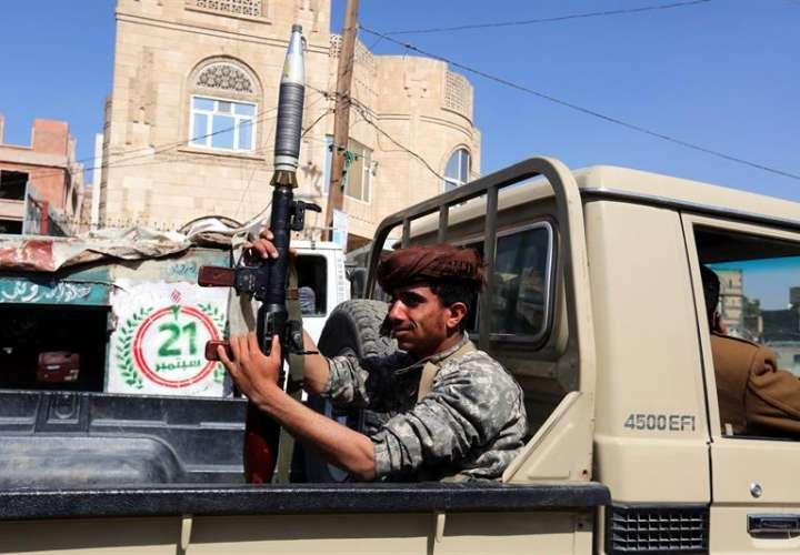 Un militante hutí sostiene un lanzacohetes antitanque portátil RPG-7 en un vehículo durante las tensiones entre rebeldes hutíes y fuerzas leales al ex presidente yemení Ali Abdalá Saleh, en Saná (Yemen). EFE