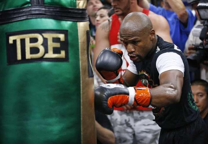 Floyd Mayweather Jr. está disfrutando las cuantiosas rentas de su carrera como boxeador. Foto: AP