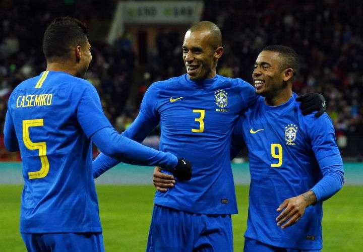 El brasileño Miranda (centro) celebra su anotación con Gabriel Jesús y Casemiro, en el partido contra Rusia. Foto AP