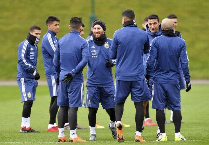 Lionel Messi conversa con sus compañeros de la Selección de Argentina, durante los entrenamientos en el City Football Academy, en Manchester. Foto AP