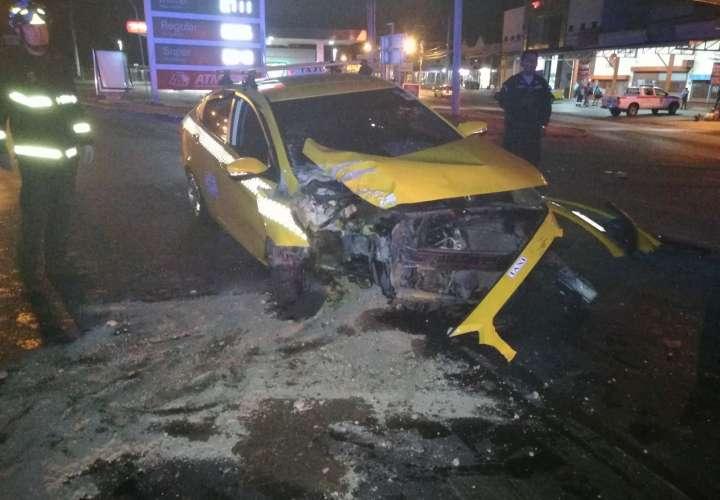Taxi choca contra poste en Penonomé