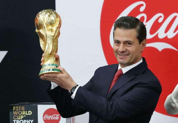 El presidente de México Enrique Peña Nieto recibe en la residencia presidencial de Los Pinos, en Ciudad de México (México) hoy, la Copa del Mundo, que se disputará en Rusia. Foto EFE