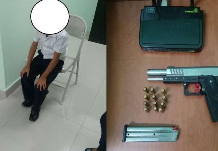 Menor de 7 años con arma en la mochila