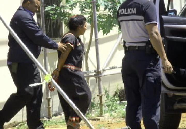 La mujer fue detenida para investigación.