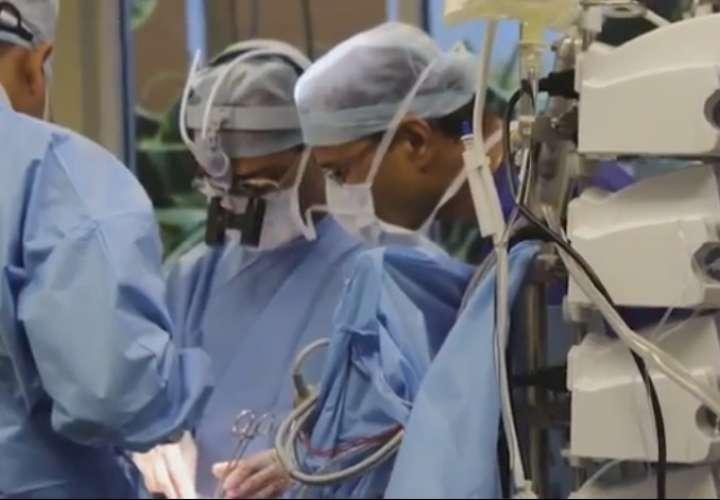 Realizan primer trasplante mundial de pene y escroto