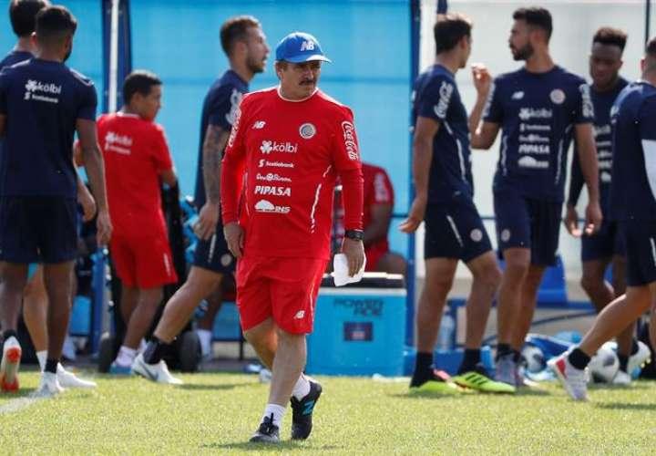El entrenador de Costa Rica, Oscar Ramírez, dirige un entrenamiento hoy, lunes 18 de junio de 2018, como parte de su participación en el Mundial Rusia 2018, en San Petersburgo. Foto EFE