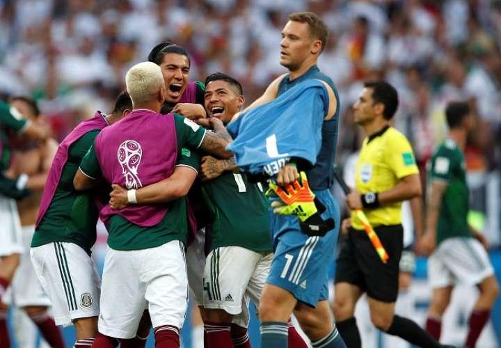 Jugadores mexicanos celebran su victoria 0-1 ante el portero alemán Manuel Neuer./EFE