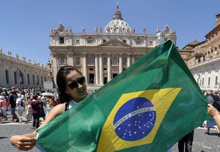 Una peregrina brasileña en la Plaza de San Pedro. / AP
