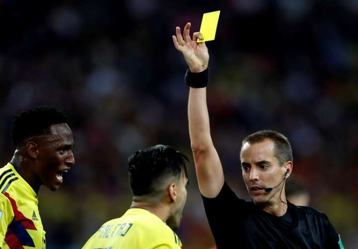 Mark Geiger muestra tarjeta amarilla al delantero colombiano Radamel Falcao durante el partido Colombia-Inglaterra, de octavos de final./EFE