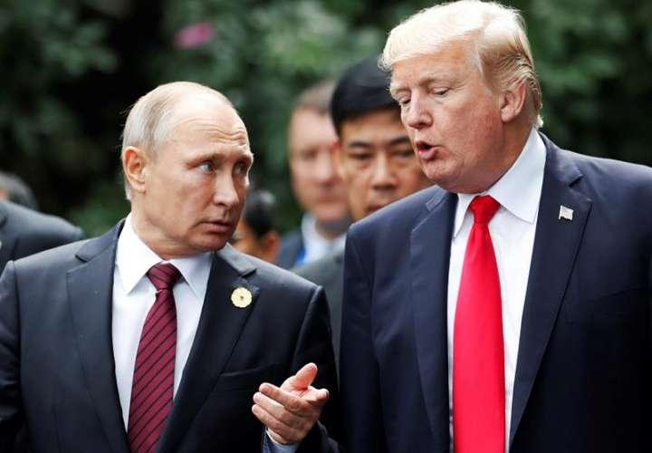 El presidente de EE. UU., Donald J. Trump (R) y el presidente de Rusia, Vladimir Putin.  EFE / Archivo