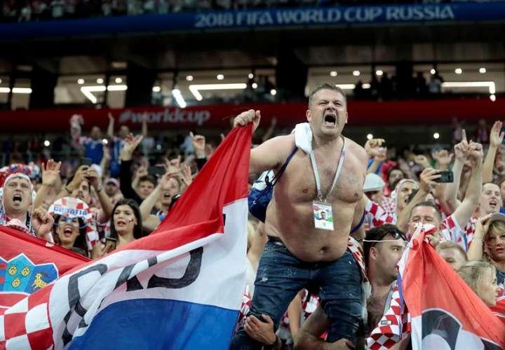 Los fanáticos de Croacia celebran la victoria de su selección ante Inglaterra, en la semifinal del Mundial de Rusia 2018. Foto EFE