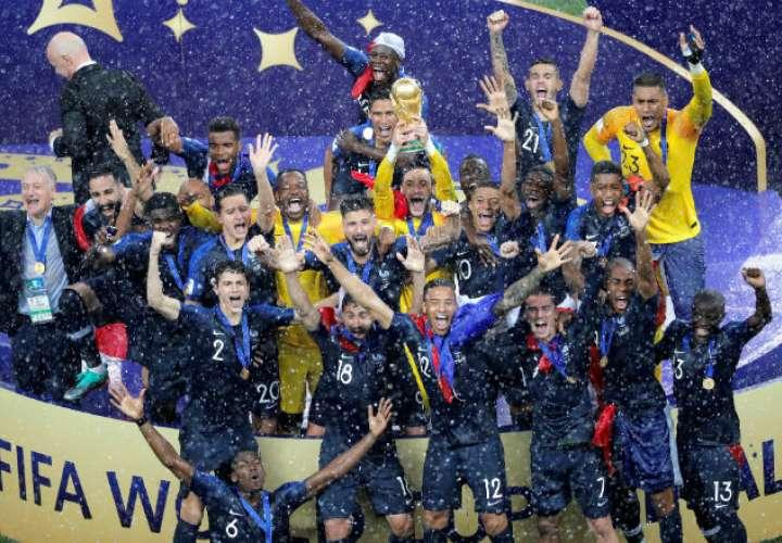 os jugadores franceses celebran su victoria tras el partido Francia-Croacia. Foto: EFE