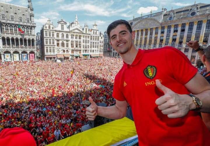 Thibaut Courtois celebrando con los fanáticos el tercer lugar del mundial.