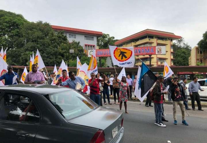 Universitarios realizan protesta pacífica por el alza de luz