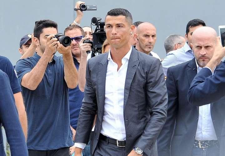 Cristiano Ronaldo llega al J Medical, la clínica de propiedad del Juventus, para someterse al reconocimiento médico previo a la formalización de su fichaje por el conjunto turinés./EFE
