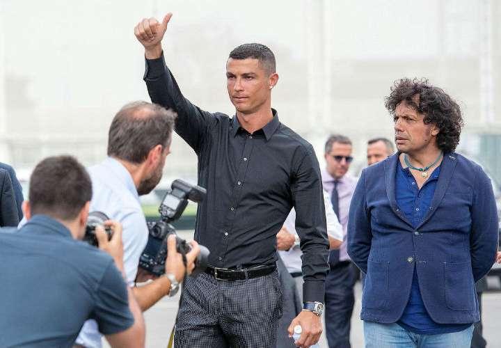 Cristiano Ronaldo  cuando llegó para la rueda de prensa luego de la formalización de su fichaje. Foto: EFE