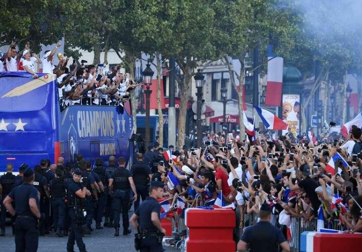 Los aficionados llenaron las calles de París para saludar a los campeones del mundo./EFE