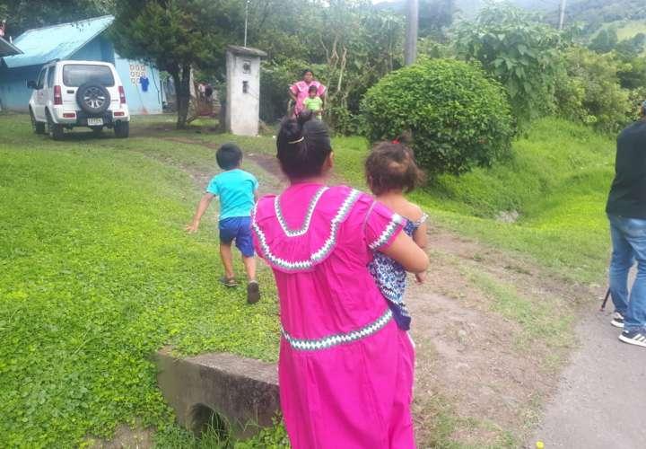 Vista general de la madre de la infante sosteniéndola en brazos. Foto: Mayra Madrid