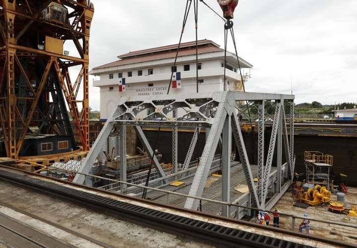 Desmantelan antiguo puente giratorio de Miraflores