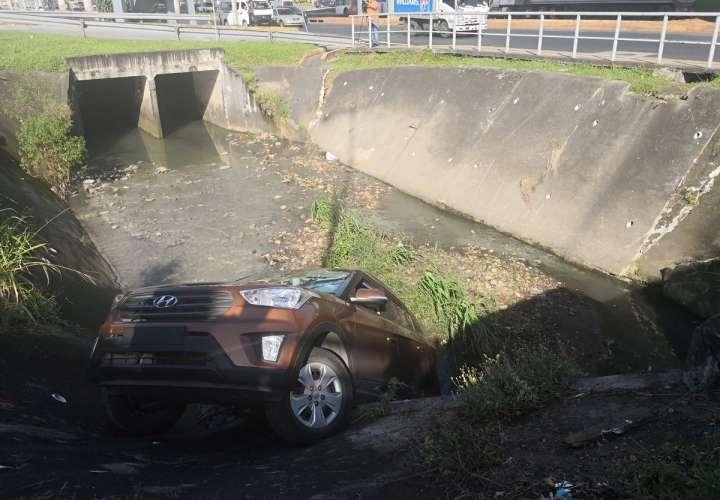 Vehículo quedó metido en una quebrada