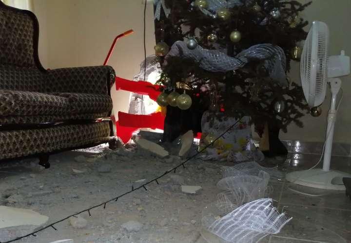 Roca se desprende de cerro y cae sobre vivienda en La Chorrera