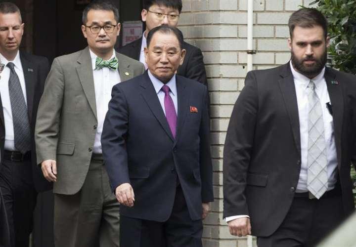 El responsable de la inteligencia norcoreana, Kim Yong-chol (c), a su salida del hotel tras reunirse con el secretario de Estado estadounidense, Mike Pompeo (no aparece), este viernes en Washington (Estados Unidos). EFE