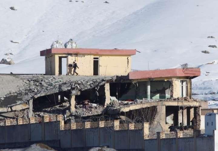 Vista del edificio de la principal agencia de seguridad afgana, el Directorio Nacional de Seguridad, parcialmente destruido, este lunes en Wardak, Afganistán. EFE