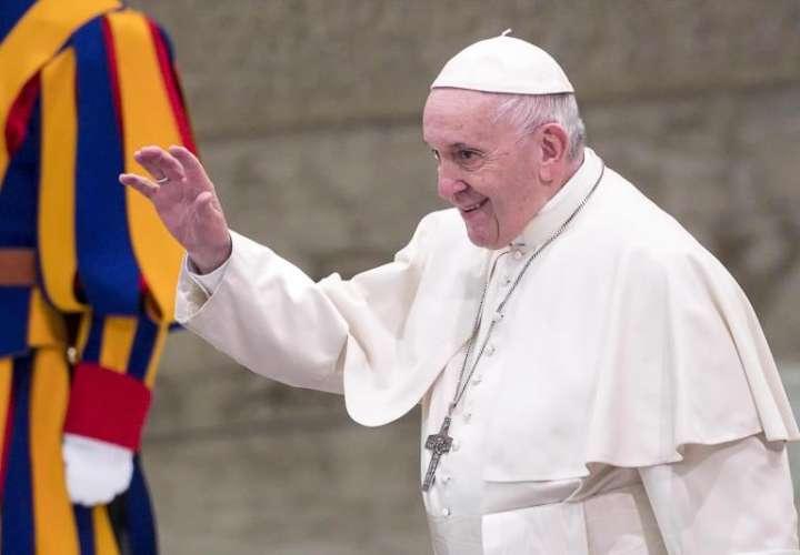 El papa Francisco saludaba a los feligreses durante su audiencia general de los miércoles en el Aula Pablo VI del Vaticano. EFE