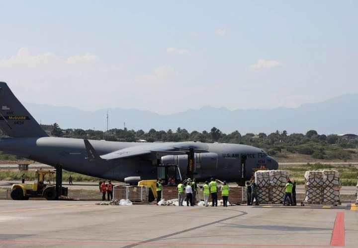 Aviones militares de EE.UU. dejan en Cúcuta toneladas de ayuda para Venezuela