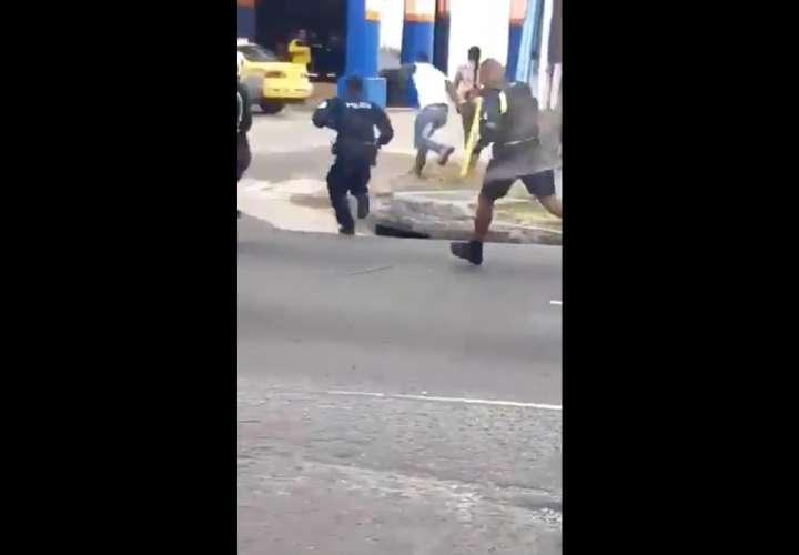Policía enfrenta a sindicalistas a punta de gas pimienta (Videos)