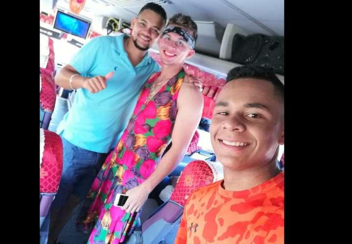Peloteros de Los Santos prenden las redes al vestirse de mujer
