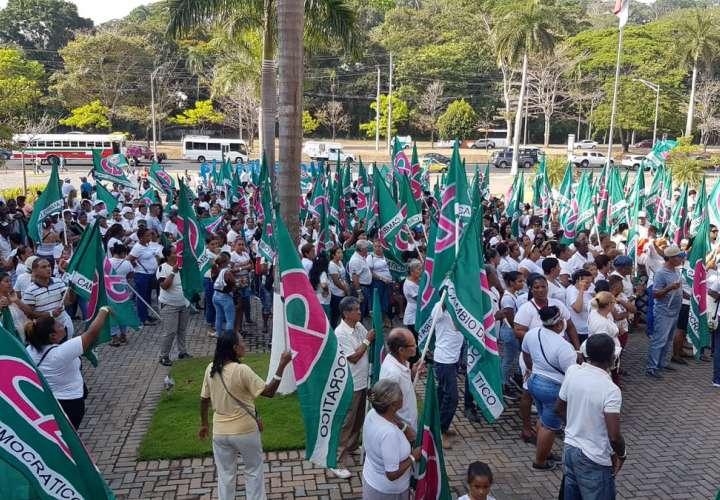 'Ricardo, el pueblo está contigo', gritan copartidarios y amigos en el TE
