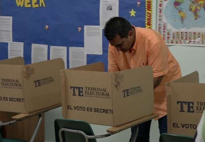 Candidatos presidenciales emiten sus votos con aires de triunfalismo