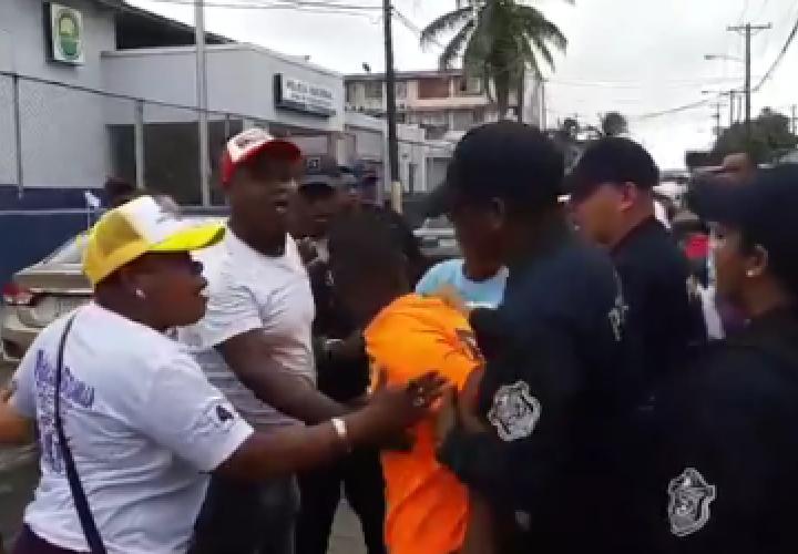 Dos sujetos se van a los puños en las afueras de centro votación de Colón
