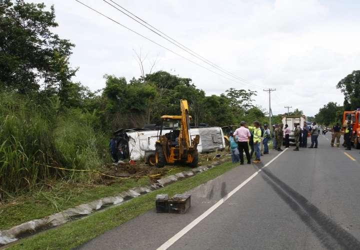 Levantamiento del cuerpo de Bernardino Cabezón quien había quedado aplastado por el bus. Foto: Landro Ortiz