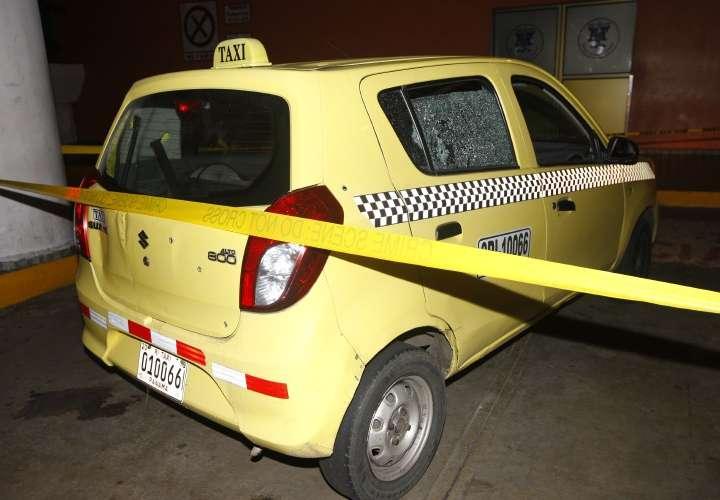 Taxi baleado en el ataque. Foto/ Alexander Santamaria