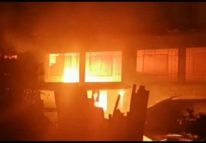 Fuego arrasa con bodegas de Meduca y Miviot en Bocas del Toro