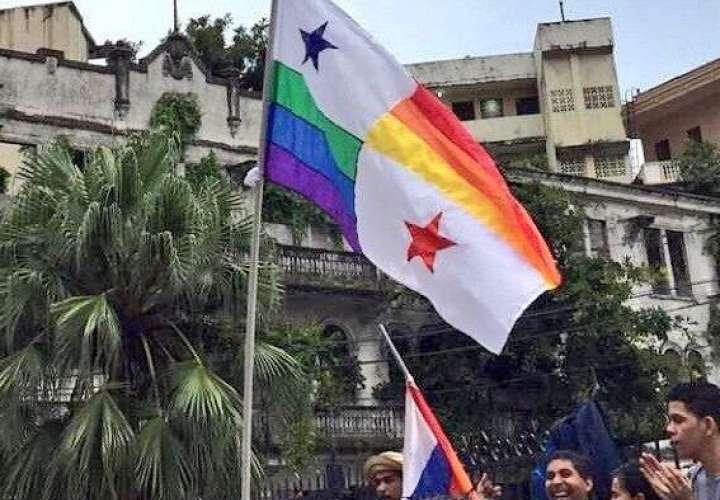 Piden castigo por irrespeto a la Bandera Nacional en medio de protesta